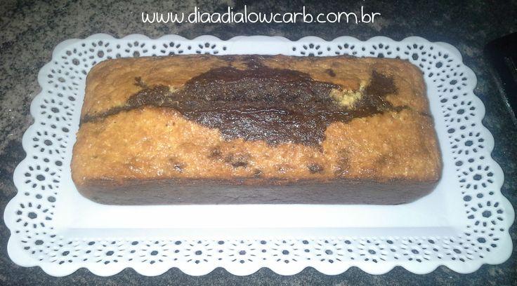Ah, primeiro bolo do blog!!! Esse é um bolo extremamente lowcarb!! É o famoso bolo cetogênico, amado e odiado por muitos seguidores lowcarb. Eu realmente não sou fã de bolo mousse, ou torta-mousse, ou algo que chamam de bolo e tem aquele aspecto todo molhado. Para mim bolo é bolo!! Você tem que segurar na …