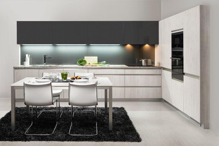 moderna kuchyna HANAK na mieru, kombinacia modernej sedej farby - lak a bledeho dreva s vyraznym cesanim
