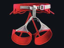 sama petzl L'imbracatura SAMA è ideale per l'arrampicata sportiva. La sua costruzione EndoFrame offre un'eccellente ripartizione del carico, a livello di cintura e cosciali, per assicurare un comfort migliore. I cosciali elastici rimangono ben sistemati e offrono una totale libertà di movimento. La fibbia DoubleBack Light sulla cintura assicura una regolazione facile e rapida. I punti di legatura sono realizzati in Dyneema, per migliorare la resistenza agli sfregamenti della corda.
