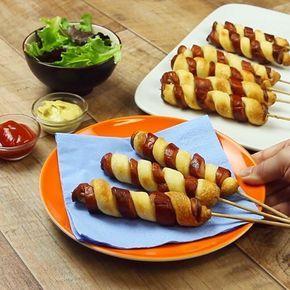 Du spießt das Würstchen auf und schneidest es schräg ein. Diese Idee fegt durch die Küche wie ein Sturm!  Dafür brauchst du: 5 Wiener Würstchen 1 Rolle Pizzateig 10 Schaschlikspieße  So geht es: Halbiere die Würstchen und spieße sie auf einem Schaschlikspieß auf. Jetzt wird es ein bisschen kniffelig: Setze ein Messer schräg an und schneide die Wurst ein, bis das Messer auf den Spieß trifft. Dabei drehst du den Spieß langsam weiter. Auf diese Art entsteht eine Spirale, die du anschließend…