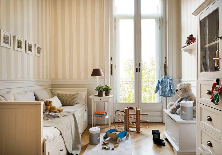 Las franjas verticales de las paredes potencian la altura de este dormitorio mientras que el arrimadero crea un espacio visual donde recogerse y jugar.: