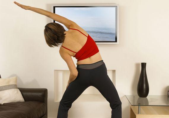 Ez a gyakorlat kifejezetten a csípő hurkáit szedi le, illetve karcsúsítja a derék tájékát. Így végezd: állj be a vállszélességűnél kicsit nagyobb terpeszbe, rogyaszd a térdeidet, a csípődet enyhén told előre. A bal kezedet tartsd a hasad előtt vagy a combodon, a jobbal pedig - a képen is látható módon - nyúlj át bal oldalra, miközben a felsőtestedet megdöntöd ugyanabba az irányba. Apró, dőlő mozdulatokat végezz bal oldalra, mintha a kinyújtott kezeddel próbálnál megfogni valamit. Érezned…