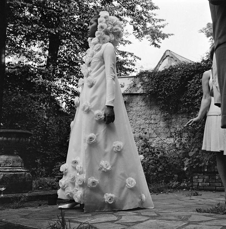 """14-11-11  De Amsterdamse ontwerper Edgar Vos heeft vanmiddag zijn collectie 1968/1969 getoond. Op de foto een van de pronkstukken van zijn collectie de bruidsjapon """"Winterroos""""."""