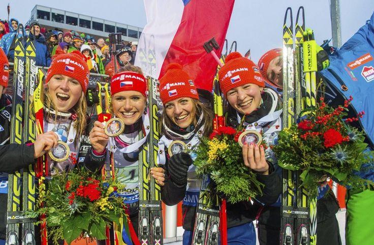 České biatlonistky (zleva) Eva Puskarčíková, Gabriela Soukalová, Jitka Landová a Veronika Vítková se zlatými medailemi za výhru ve štafetě v Ruhpoldingu