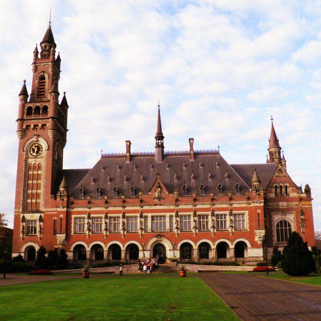 Vredespaleis in #DenHaag. Stephanie Turner skryf oor haar besoek aan dié geliefde stad van vrede en geregtigheid. Blaai na bl 40 (23 Jan 2015) #Netherlands #Holland #travel