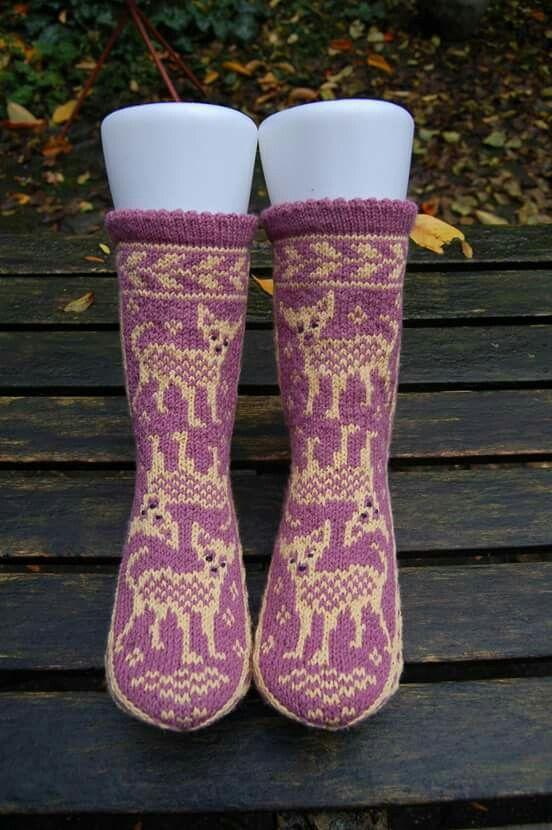 Chihuahua sokken gebreid. Patroon komt uit een Fins sokken- en wantenboek. Google Translate heeft me enorm geholpen. Deze sokken zijn voor de hondenoppas. Omdat zij alergies is voor wol heb ik ze gebreid met een mix van 66% bamboe - 34% nylon, van het merk Knit One Crochet Too.