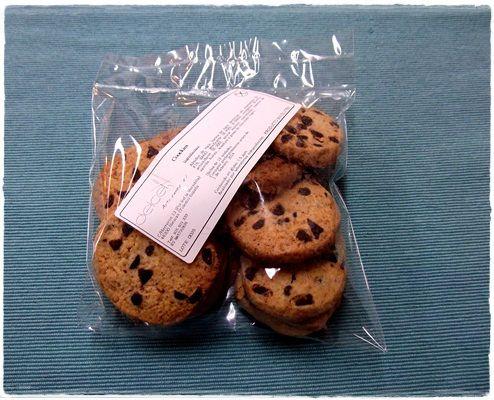 COOKIES. Deliciosas galletas con gotas de chocolate negro 100% artesanas.  Bolsa de 12 unidades  Ingredientes: almidón de maíz, harina de maíz, dextrosa, sal, espesantes, gasificante, emulgente, antioxidante, azúcar moreno, mantequilla, esencia de vainilla, huevo, levadura y gotas de chocolate negro.  Contenido en gluten: <5ppm  Analizado por laboratorios independientes  Caducidad: 40 días