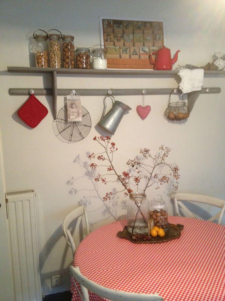 Keukenrek uit Frankrijk gepimt! Geschilderd met grijze krijtverf en afgewerkt met witte kalkwas... Oude haakjes eraf en nieuwe porseleinen knopjes eraan!  Voor alle brocante verzamelingen...