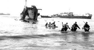 Uomini e mezzi sul mare di Anzio D-Day mattina La prima imbarcazione assalto ha colpito le spiagge 22 gennaio 1944_italy war
