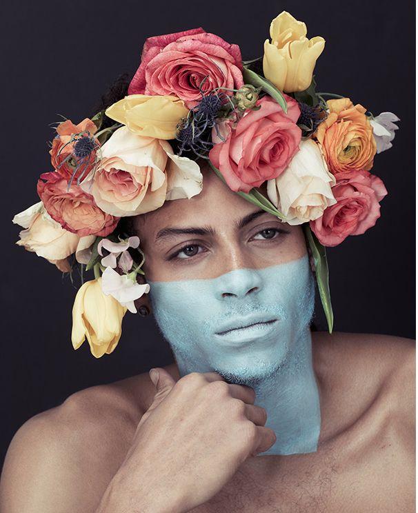 фото человека с цветами