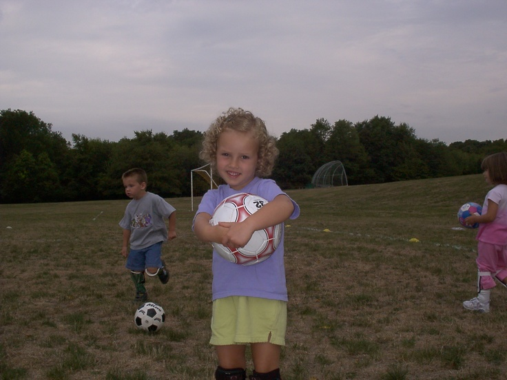 Quando ero una bambina, giocavo il calcio. Nella foto con me e' un ragazzo e una ragazza. Avevo cinque anni nella foto. Io sempre giocavo il calcio quando ero piccola. Sono cambiata da quando ero piccola perche' non gioco il calcio piu'. Assomigliavo da bambina mia madre. Portavo una maglietta viola e i pantaloni corti gialli. Anche; i calzini neri. Ero nel campo di calcio. Era nuvoloso. Mi sentivo nervosa giocare il calcio. Ho giocato il calcio per la prima volta.