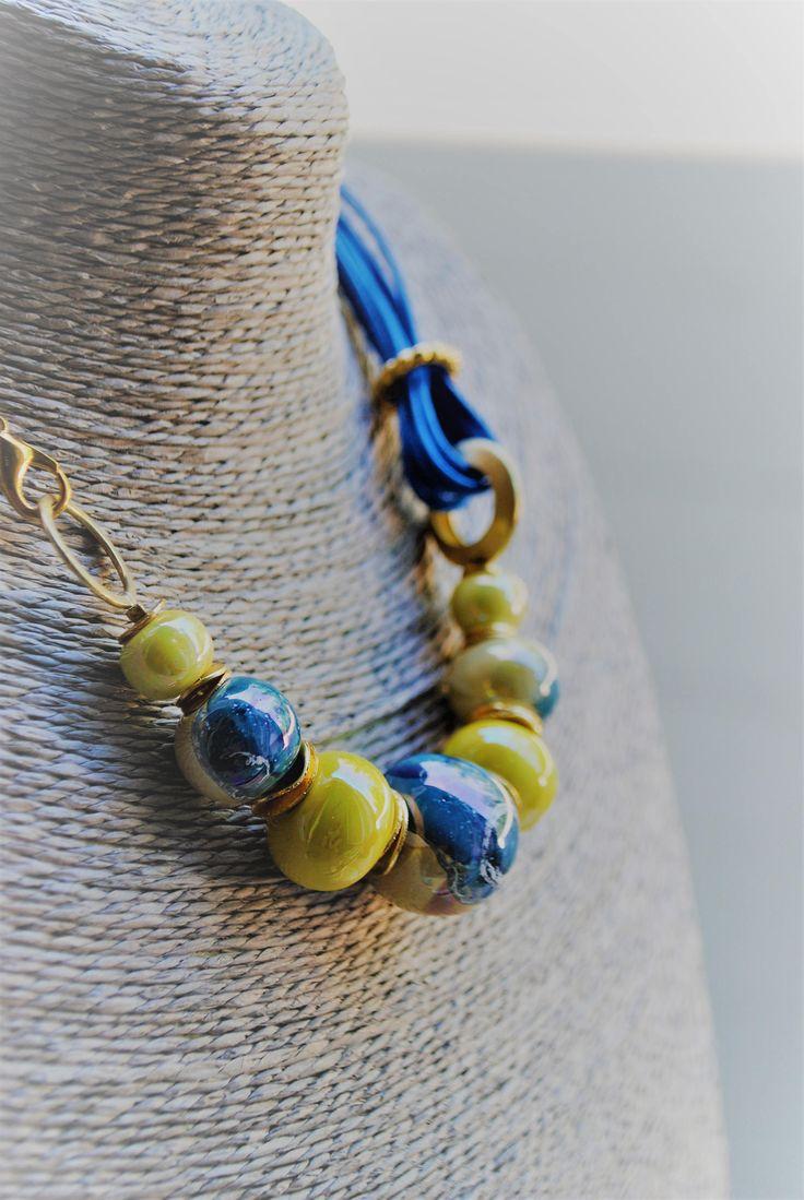 Collana con perle di ceramica blu e gialle, realizzata a mano di DeFilEnReveCreazioni su Etsy