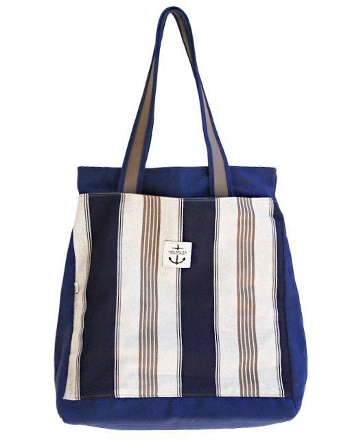 La Ocean Stripe è una shopper in puro cotone con lavorazione panama arricchita nel fronte da una grande tasca in classico tessuto dai motivi marinari. Morbida e confortevole al tatto è estremamente capiente.