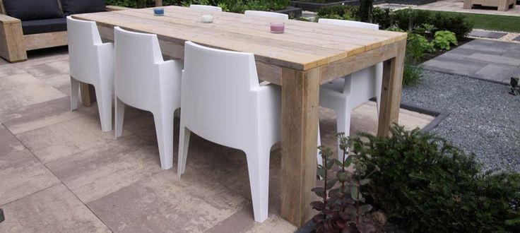 Steigerhouten tuintafel met witte stoelen