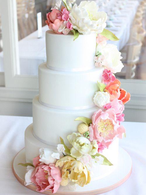 Bolo de casamento clássico decorado com flores de açúcar.