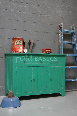 Commode Ivan 60011 (groen) - Brocante commode met een mooie doorleefde uitstraling van massief hout. Veel opbergruimte en zeer praktisch door de lades en de deuren. Prima geschikt als commode op een kinderkamer of in een woon- of werkkamer. In een frisse groene kleur. Tip! Meer commodes zien? Kijk dan bij 'kasten', of zoek rechts bovenaan de pagina op 'commode' Webshop:  WWW.OLD-BASICS.NL