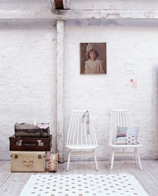 Vintage suitcases: Old Trunks, Living Rooms, Vintage Suitcases, Vintage Trunks, Beautiful Living, Living Spaces, Luggage Suitca Trunks, Home Decor, Portraits Art