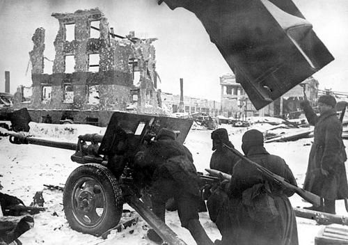 Soviet soldiers are about to fire a 76.2mm ZIS-3 gun during the battle of Stalingrad.