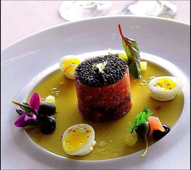 Un petit tartare de luxe… Qui veut partager avec moi ?  ;) (From ca-beachhotel. com) > Photo à aimer et à partager ! ;) . L'art de dresser et présenter une assiette comme un chef... http://www.facebook.com/VisionsGourmandes