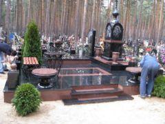 Элитный памятник из черного и красного гранита. Фото