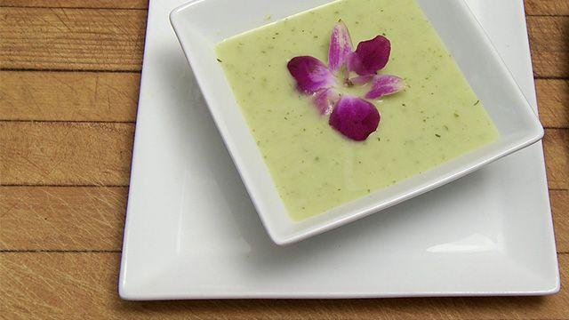 «Voici un potage léger (sans crème!) et rafraîchissant qui se sert chaud ou froid. Je suggère, pour la présentation, de déposer une fleur comestible au...