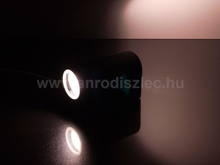 A fotózáshoz 3 wattos lámpákat használtunk, de egyébként nem tartozék a fényforrás!