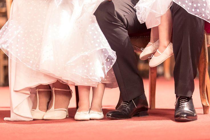 Chaussures de mariage. Voici un aperçu du Mariage de S&P proche de Saumane.  Photographe de mariage, portrait, couple, bébé, grossesse, enfant, famille, boudoir. A Velleron, proche Avignon, Cavaillon, Carpentras, Monteux, Orange, Isle sur la Sorgue, Saumane, Coustellet, Gordes, Maubec. Dans le Vaucluse, en Provence, région PACA. http://gap-photo.fr