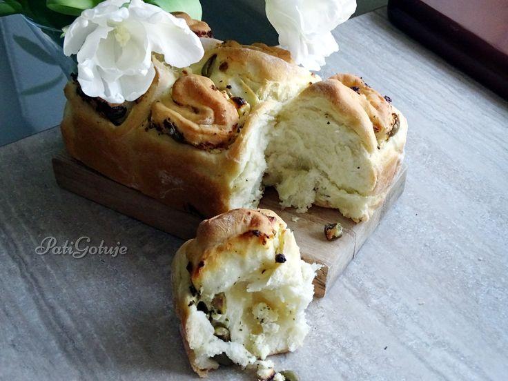 Chlebek z oliwkami i serem feta