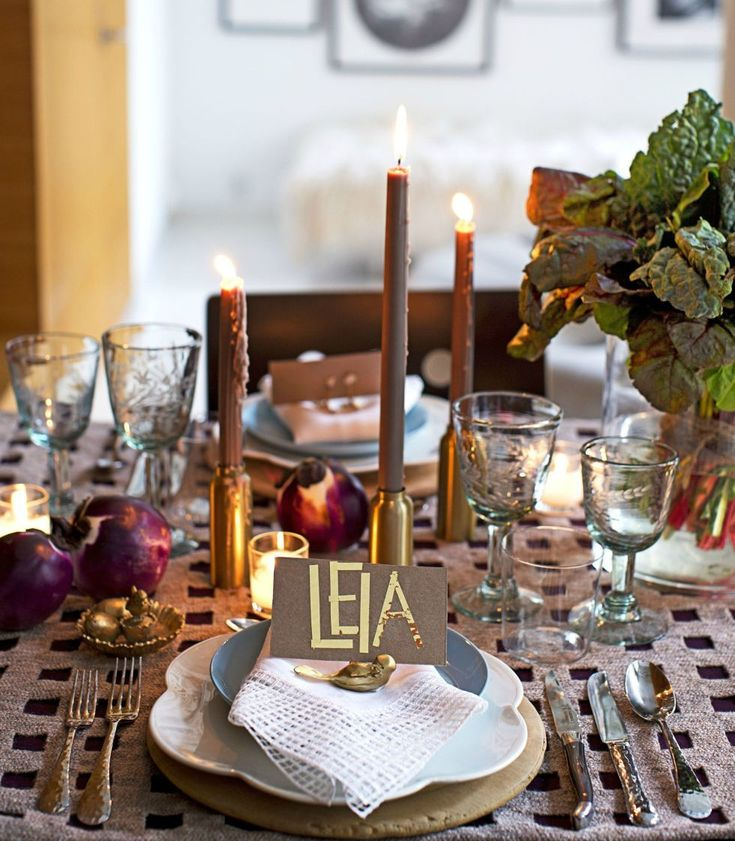 Сервировка стола на день рождения: 55 вдохновляющих идей для незабываемого праздника http://happymodern.ru/krasivaya-servirovka-stola-55-foto-zalog-uspeshnogo-dnya-rozhdeniya/ Скромный и элегантный декор стола в стиле casual для домашней вечеринки в честь дня рождения