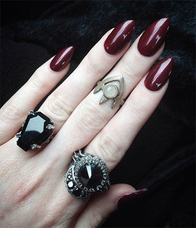 The longer the nails, the more witchy they look, if your nails do not grow much and look smaller, you can also use artificial nails for the same feel and effect