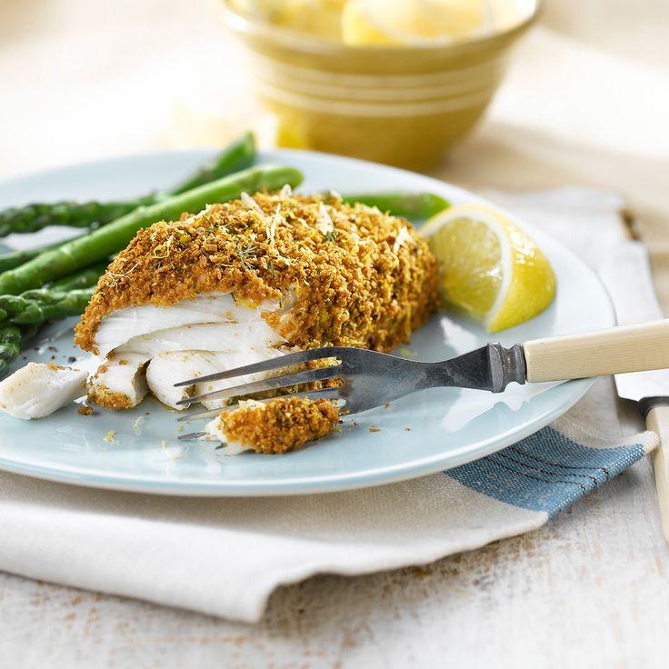 La délicate croûte imprégnée de citron et d'aneth de ce poisson au four vous fera oublier le poisson frit à jamais.