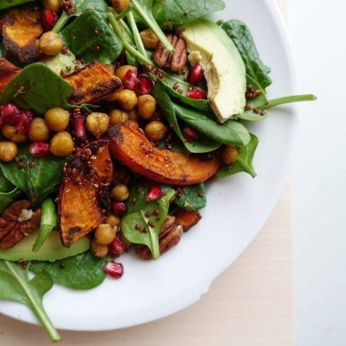 Winterse salade met geroosterde pompoen en knapperige kikkererwten /  Donderdag Veggiedag