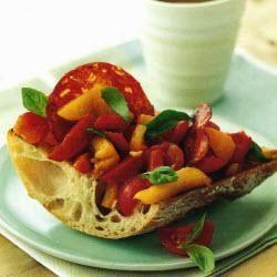 Bruschetta z chorizo, grillowaną papryką i pomidorami
