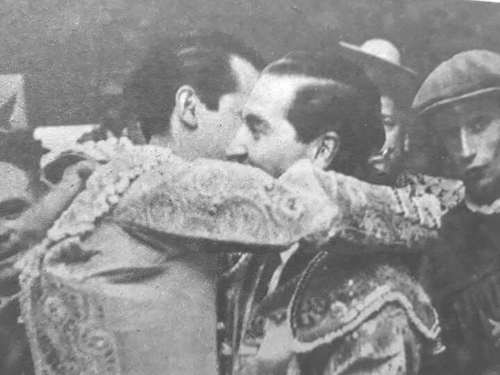 Momentos antes de hacer el paseíllo en la Corrida de la Asociación de la Prensa en la Plaza de toros de las Ventas Madrid,Julio Aparicio y Antonio Bienvenida se abrazan en el patio de cuadrillas.