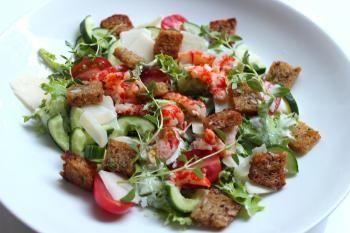 Uotilan rapu-caesar-salaatti pitää yllään jokirapujen lisäksi tietenkin rapeita kaurakrutonkeja! Tähän salaattiin laitetaan rapeita lehtisalaatteja, sekä tomaattia ja kurkkua.