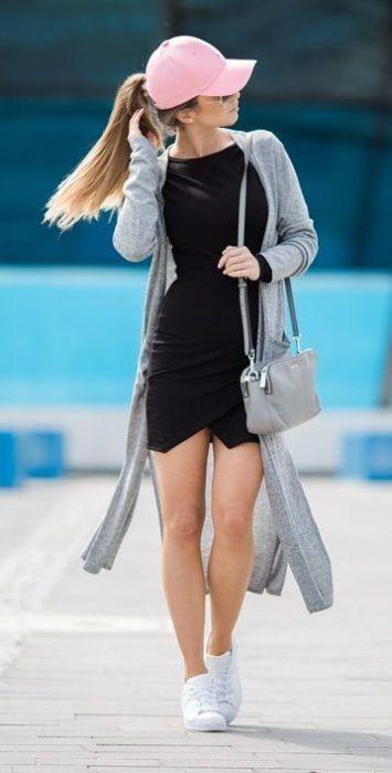Looks con gorra rosa little black dress bolso gris sneakers blancos