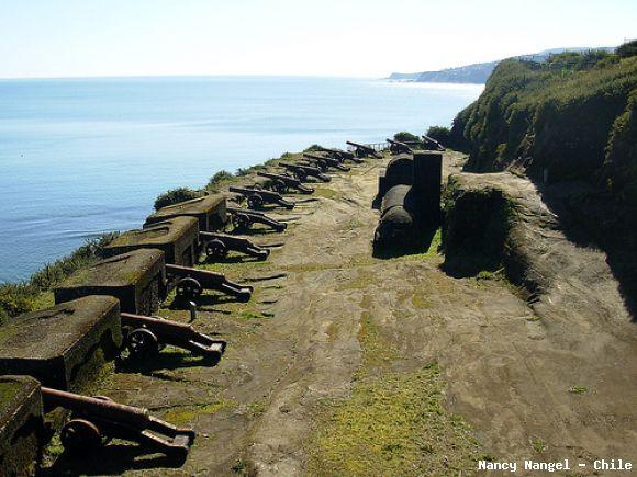 FUERTE NIEBLA, CHILE (al sur de Chile) / Es una de las fortificaciones del sistema de fuertes de Valdivia que se construyó en el siglo XVII en el estuario del río Valdivia. Fue erigido a mediados de ese siglo por la armada que el Virrey del Perú enviara con el fin de refundar la ciudad de Valdivia y levantar un complejo defensivo en su costa.