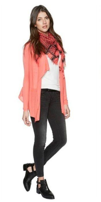 Оранжевый кардиган, белый верх, черные брюки, оранжевый шарф, черные туфли