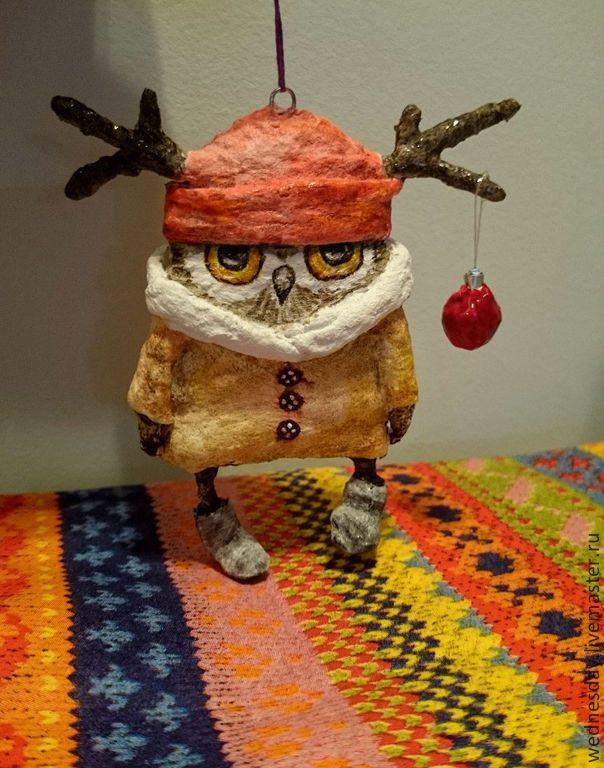 Купить или заказать Елочная игрушка Так вот ты какой -Северный олень в интернет-магазине на Ярмарке Мастеров. Елочная игрушка - забавный совенок - северный олень, подарит вам хорошее новогоднее настроение и украсит вашу елку. Игрушка легкая, не бьется, изготовлена в технике ватного папье-маше,раскрашена акварелью и покрыта лаком. Сделано по рисункам чудеснейшей художницы Инги Пальцер. Хороше…
