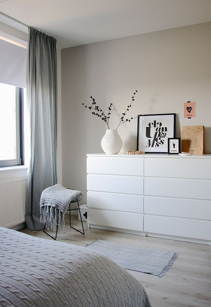 Мебель для спальни в современном стиле (59 фото): что важно знать при выборе http://happymodern.ru/mebel-dlya-spalni-v-sovremennom-stile-59-foto-chto-vazhno-znat-pri-vybore/ Минималистичный белый комод отлично дополнит интерьер современной спальни
