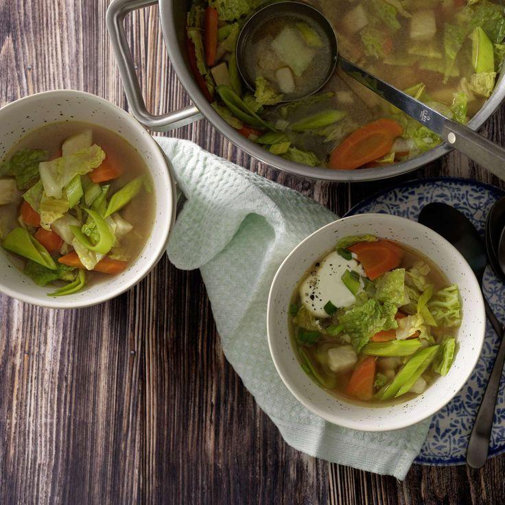 Gemüsesuppe. Kleine, feine Mahlzeit: Gemüsesuppe mit Karotten, Sellerie, Wirz, Lauch, Knoblauch, geriebenem Greyerzer, nach Belieben verfeinert mit Crème fraîche.