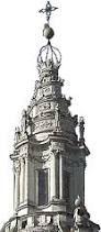 La lanterna, che all'interno è completamente rotonda, all'esterno è composta da sei parti concave, con doppie colonne, che terminano in pinnacoli altissimi, mentre la spirale che sale verso l'alto non trova corrispondenza in una forma interna dove la lanterna finisce molto prima. La continuità è resa dalla linea sinusoidale del tamburo che viene evidenziata dalla cornice in alto.