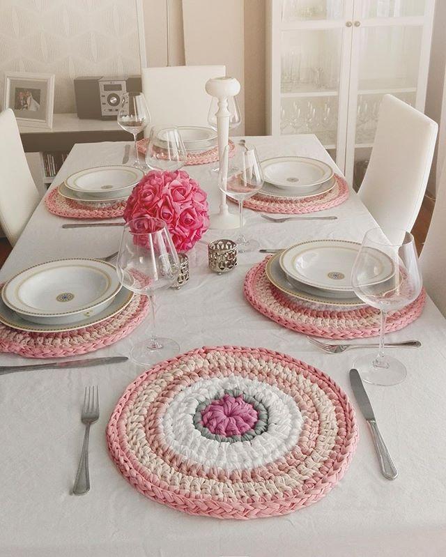 Esta foto me la envía Isabel, para que vea lo preciosisisiissiismos que han quedado los bajo platos ya colocados en su sitio 💜 ella está encantada, y yo más aún; me encantan!! Qué os parece? 😘 #susimiu #deco #crochet #trapillo #pink #cute #flower #handmade