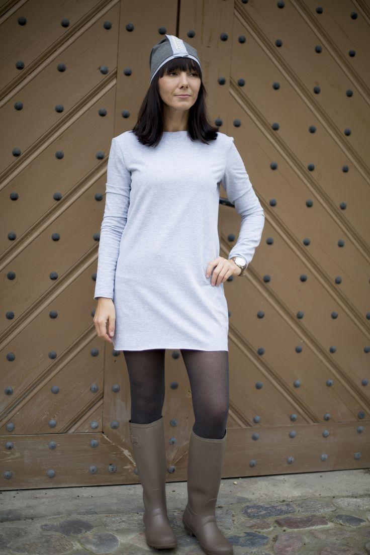 Paola / Sukienka. Sukienka z miękkiej dzianiny dresowej o średniej grubości, szara z kolorowym paskiem na plecach imitującym zamek, bardzo wygodna, idealna na każdą porę roku zarówno na ciepłe jak i chłodne dni. #fashion #autumn #polishfashion #women #casual