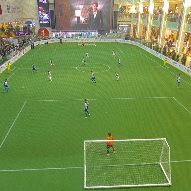 The Easigrass team transformed the ice rink at the Dubai Mall into a football pitch in under 8 hours. 1,800 square metres of Easigrass, 10 men and a record breaking time. #duchamps #dufootball #footballpitch #dubaimall #football #dufcfinals #uaeschoolsc www.easigrass.ae