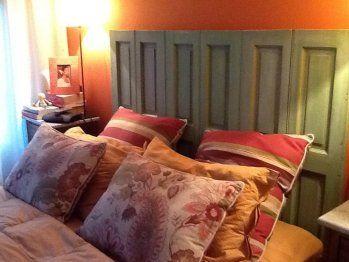 Respaldo de cama a partir de unos postigones de madera antiguos | Decorar tu casa es facilisimo.com