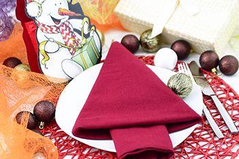 Servietten falten Weihnachtsbaum Tannenbaum: tolle Tischdeko zur Weihnachtsfeier. Tischdekoration zu Weihnachten mit einer roten Stoffserviette.