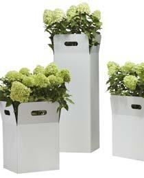 Weißer Design Blumenkübel mit dem Namen BOX - ein Metall Blumenkübel mit Henkeln mit Hortensien bepflanzt
