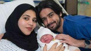 Image copyright                  AFP                                                                          Image caption                                      Moaza fue sometida a quimioterapia de pequeña y a un trasplanta de médula a causa de un desorden sanguíneo hereditario llamado beta-talasemia.                                Una mujer dio a luz un ni�