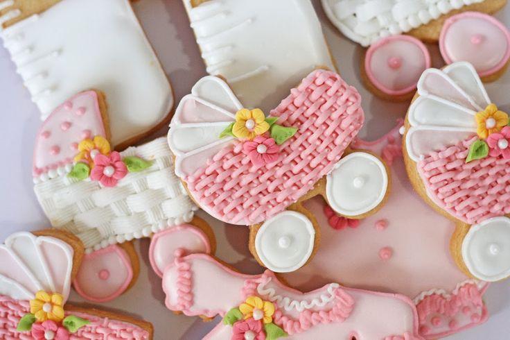 ¿Preparando un baby shower? Aquí te enseño cómo preparar y decorar galletas para baby shower, de coche con canasta. Aprende con mi receta y video de pasos.
